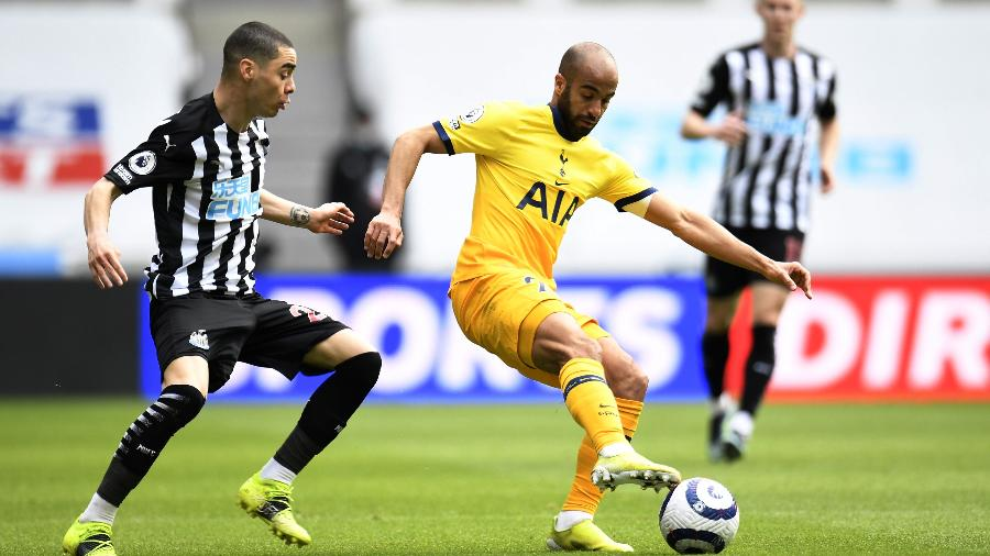 Lucas Moura, do Tottenham, disputa lance com jogador do Newcastle durante jogo do Campeonato Inglês - REUTERS/Peter Powell