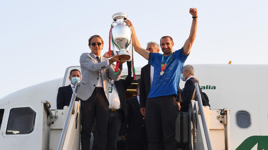 Roberto Mancini e Giorgio Chiellini erguem troféu da Eurocopa na chegada a Roma - Claudio Villa/Getty Images