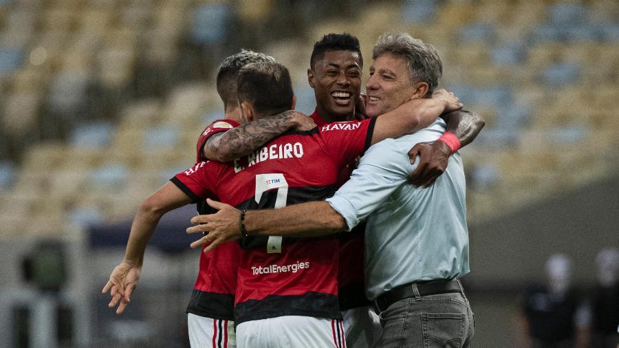 Renato Gaúcho é abraçado pelos jogadores do Flamengo no jogo contra o São Paulo - Alexandre Vidal/Flamengo