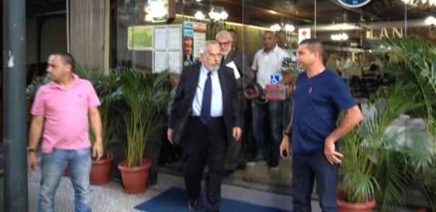 Escoltado, Eurico deixa restaurante vizinho ao STJD antes de julgamento