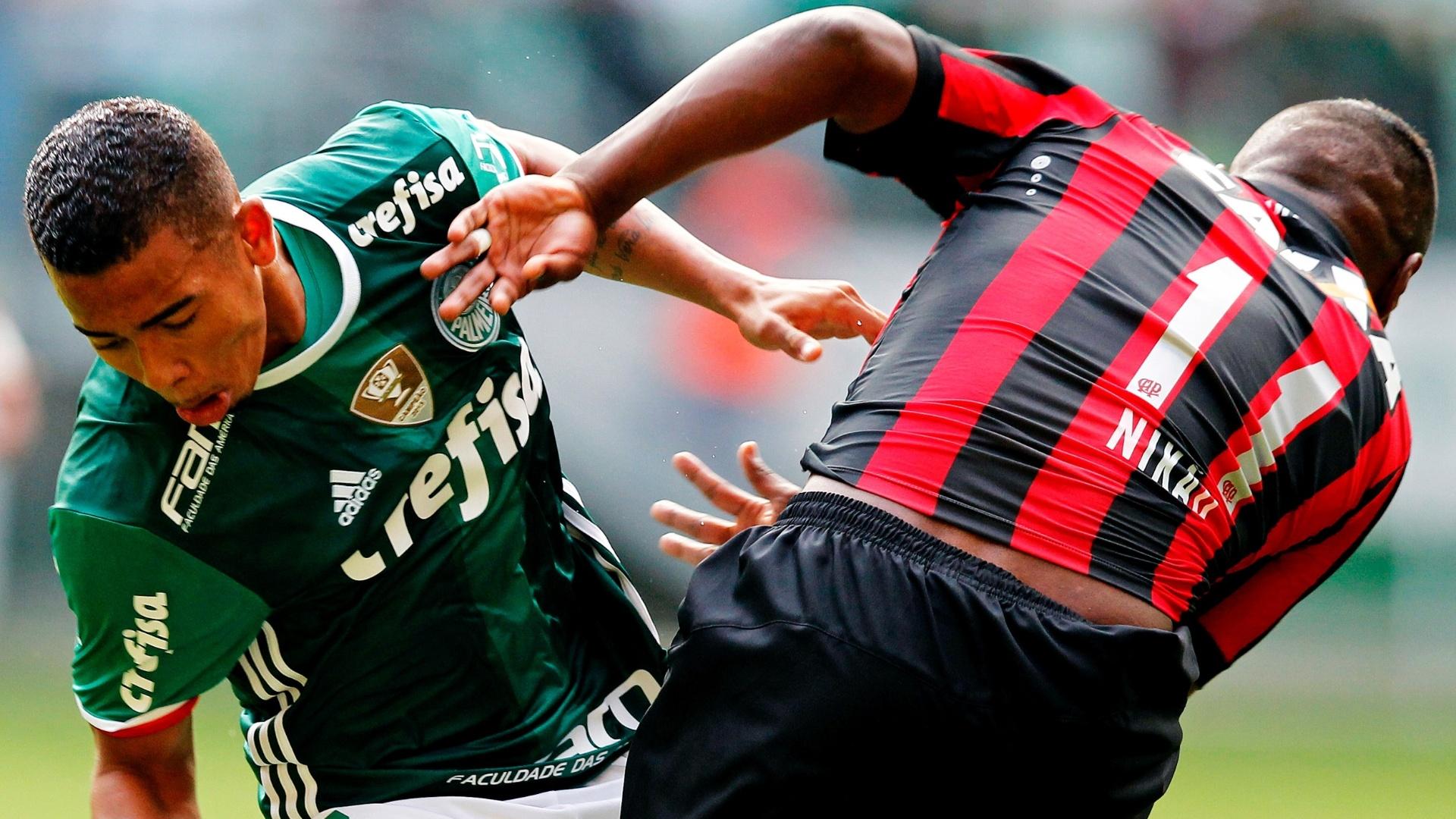 Gabriel Jesus disputa bola com Nikão na partida entre Palmeiras e Atlético-PR pelo Campeonato Brasileiro