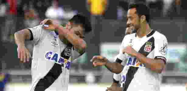 Nenê festeja com um dos companheiros gol do Vasco - Paulo Fernandes/Vasco.com.br - Paulo Fernandes/Vasco.com.br