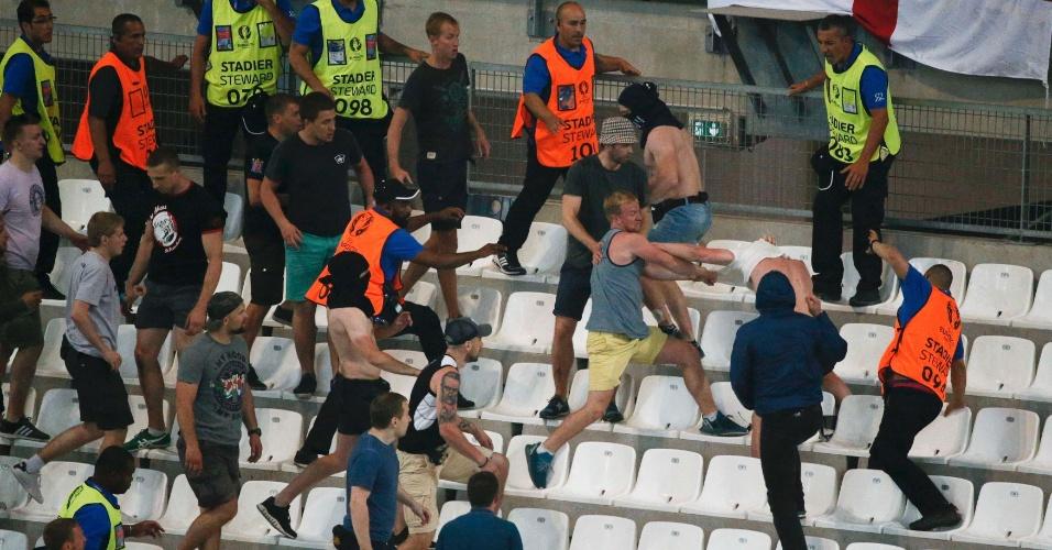 Torcedores de Rússia e Inglaterra brigam após jogo em Marselha