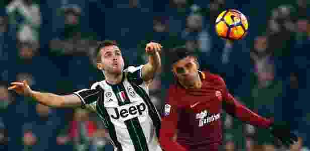 Pjanic disputa bola com Emerson Palmieri, durante partida entre Roma e Juventus - REUTERS/Tony Gentile - REUTERS/Tony Gentile