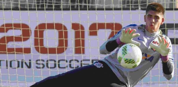 Diego, 17 anos, treina entre os profissionais do Corinthians