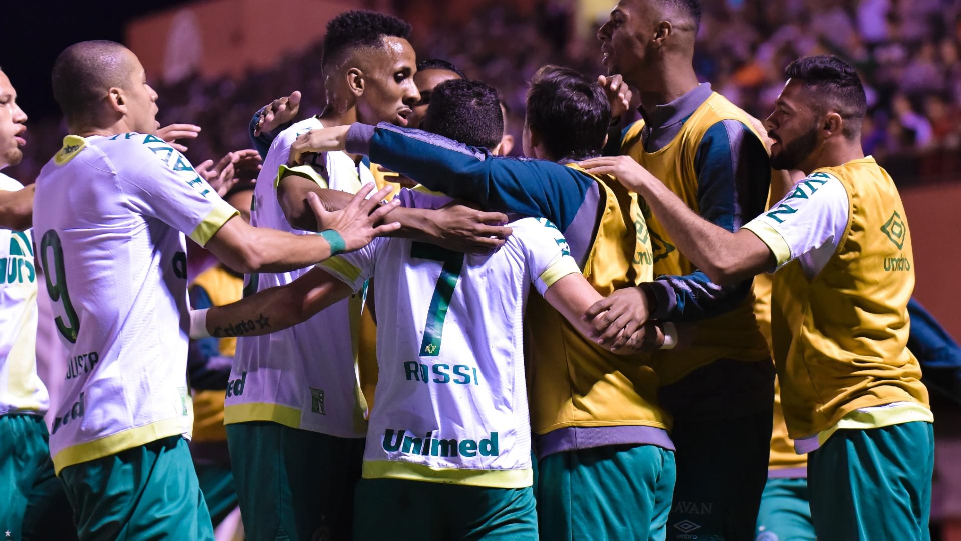 Jogadores da Chapecoense comemoram virada sobre o Fluminense em Edson Passos
