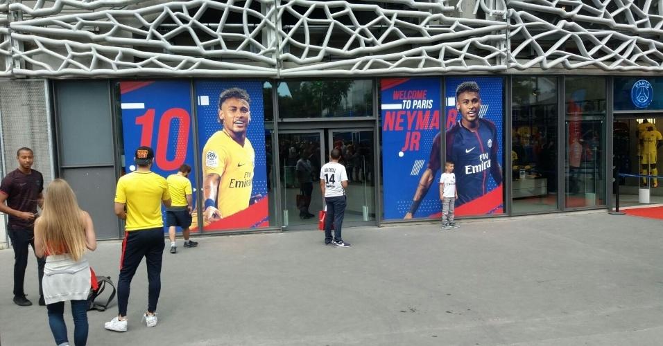 Torcedores posam junto à foto de Neymar na loja oficial do PSG
