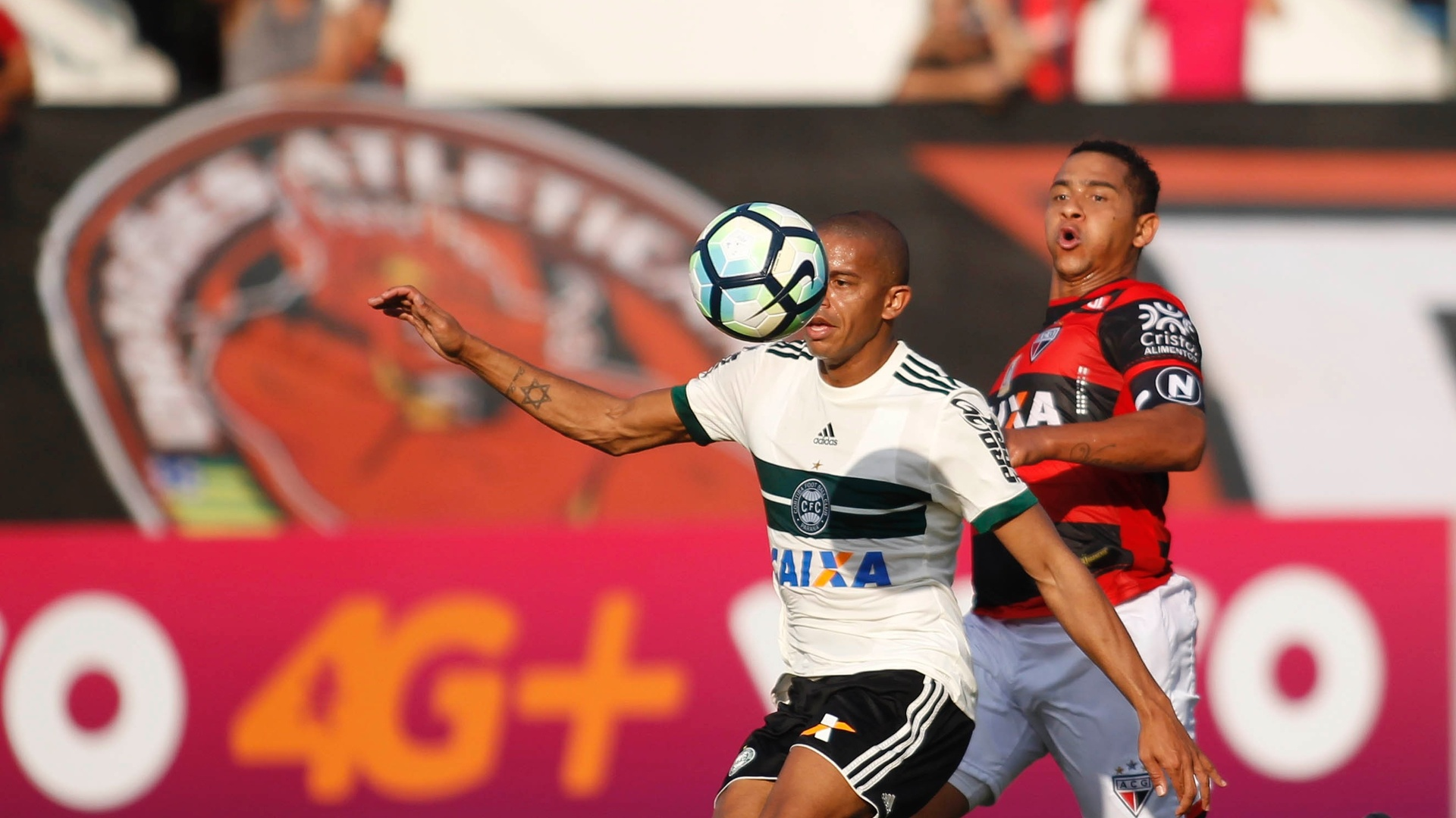 Walter, do Atlético-GO, disputa jogada com William Matheus, do Coritiba