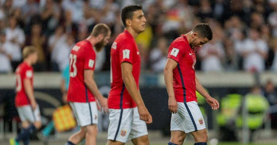 Jogadores da Noruega deixam o campo de cabeça baixa ainda no primeiro tempo contra a Alemanha