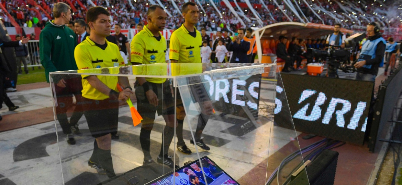 Tecnologia do árbitro de vídeo já foi utilizada até em jogos da Libertadores; no Brasileiro, alto custo inviabilizou - Juan Mabromata/AFP