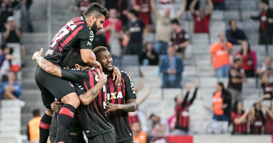 Jogadores do Atlético-PR comemoram gol de Thiago Heleno sobre o Vasco