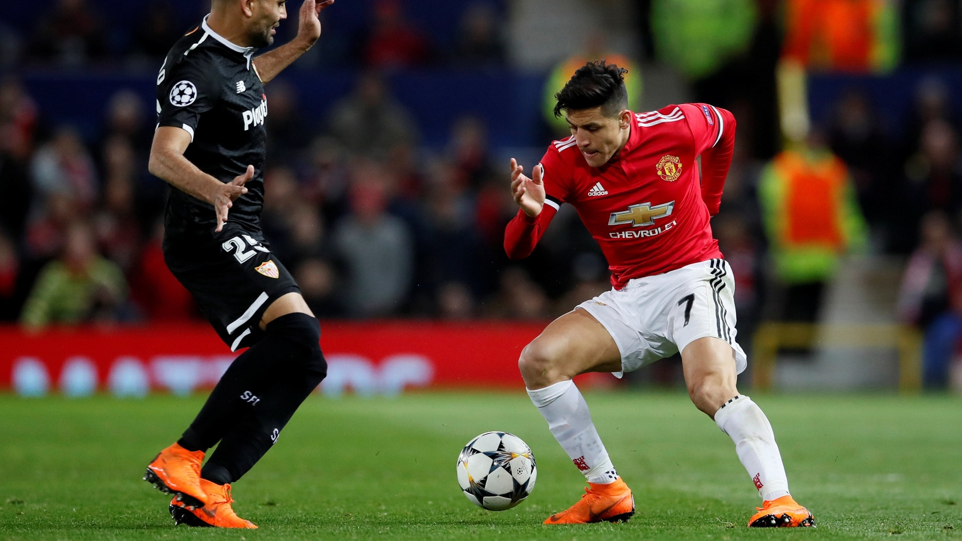 Alexis Sánchez encara a marcação de Gabriel Mercado na partida Manchester United x Sevilla pela Liga dos Campeões
