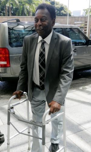 Pelé chega de andador ao Fórum Econômico Mundial
