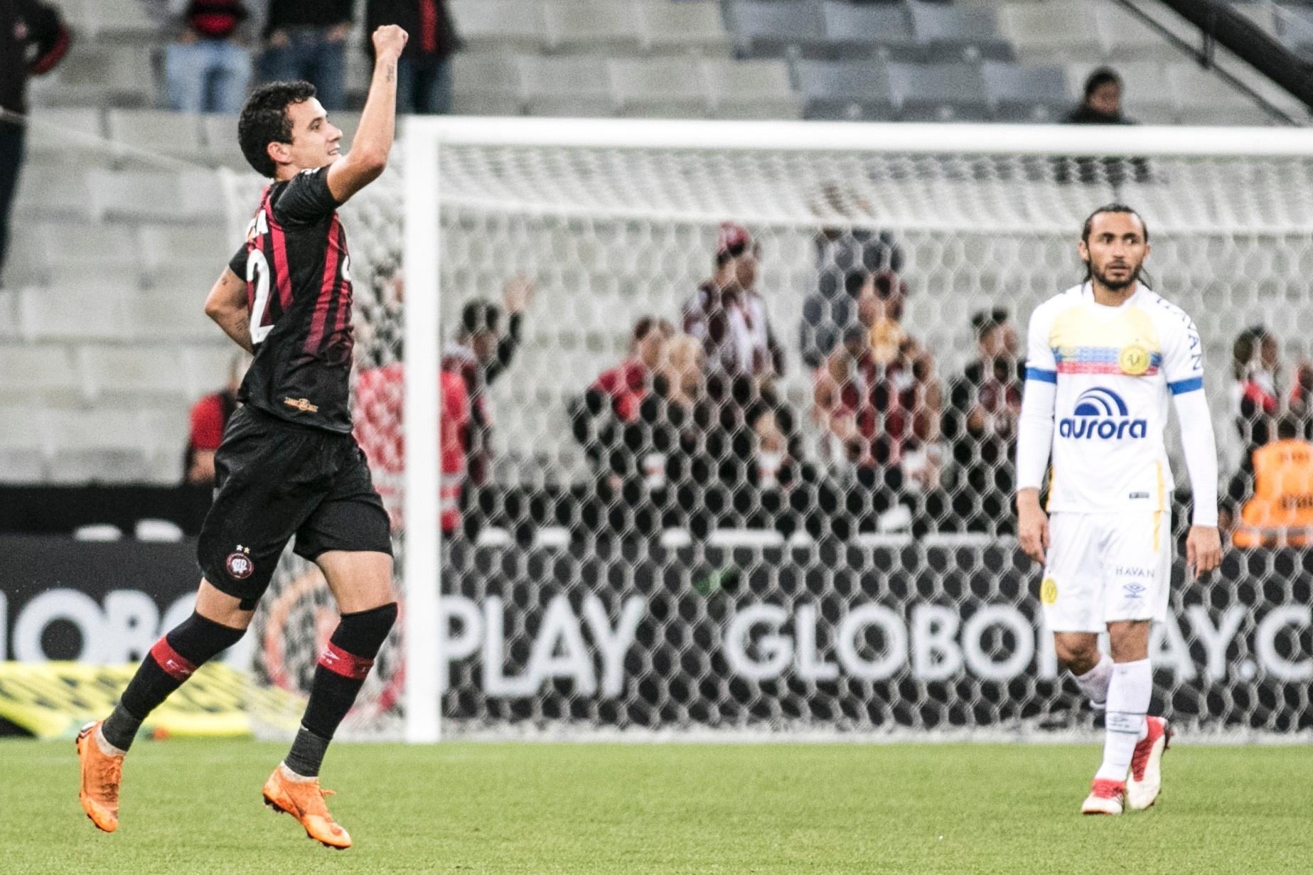 Pablo comemora o gol do Atlético-PR contra a Chapecoense