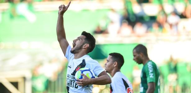 Andrés Rios comemora gol de empate do Vasco contra a Chapecoense, no domingo - Ricardo Luis Artifon/AGIF