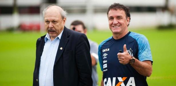 Cuca ao lado de Peres; Santos paga R$ 700 mil mensais ao técnico, que não sabe se fica - Ivan Storti/SantosFC