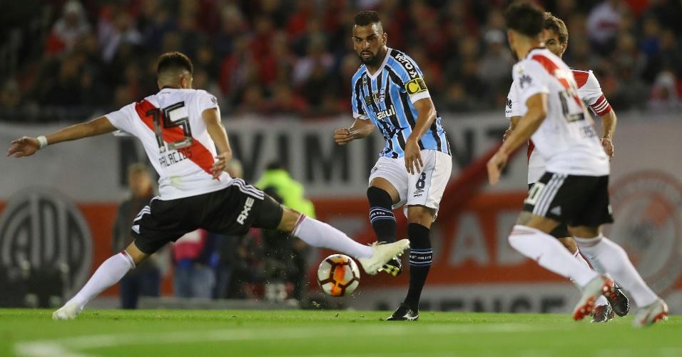 Maicon, volante do Grêmio, toca bola durante jogo contra o River Plate