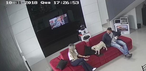 Câmera de segurança mostra casal Brittes em loja de assistência de celular