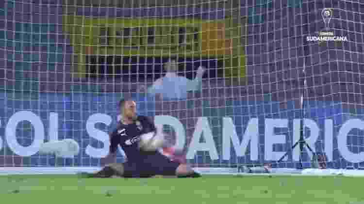 Pênalti de Bendrix Parra acabou parando no peito do goleiro Diego Novoa - Reprodução