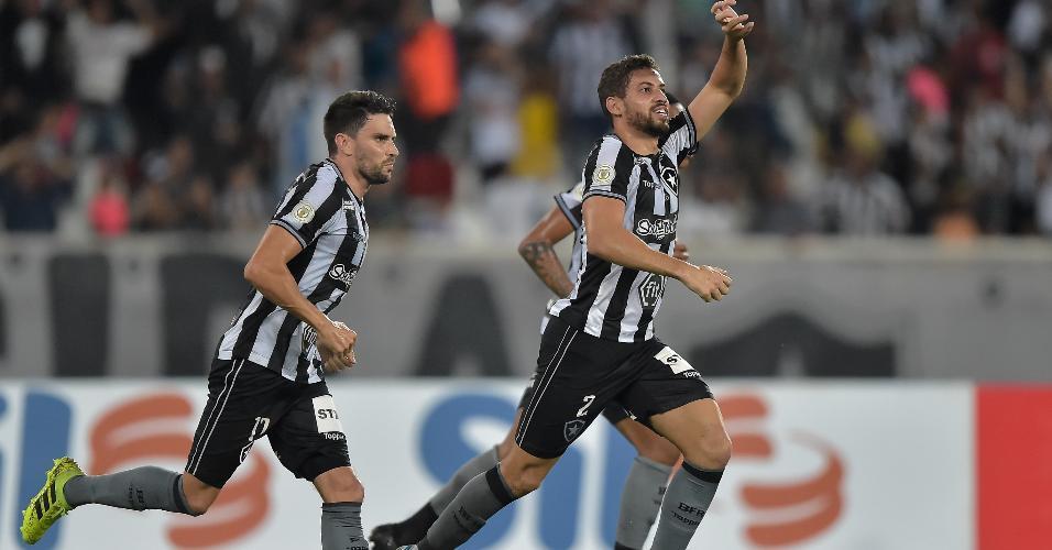 Gabriel comemora gol do Botafogo contra o Goiás