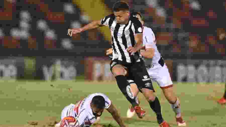 Felippe Cardoso parte com a bola na derrota do Santos para o Botafogo-SP - Ivan Storti/Santos FC