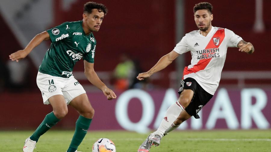 Gustavo Scarpa se movimenta à frente de Montiel durante River Plate x Palmeiras na Libertadores 2020 - Juan I. Roncoroni ? Pool/Getty Images