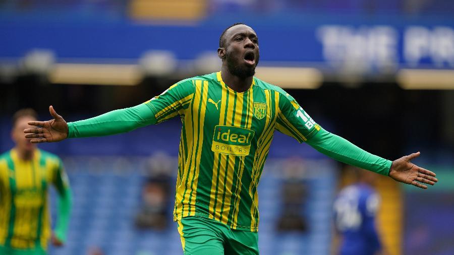 Mbaye Diagne comemora gol do West Bromwich sobre o Chelsea - REUTERS/John Walton
