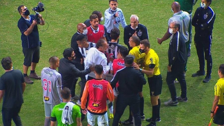 Confusão após empate na final em MG aconteceu por discordância de atleticanos com o árbitro do jogo - Reprodução/TV Globo