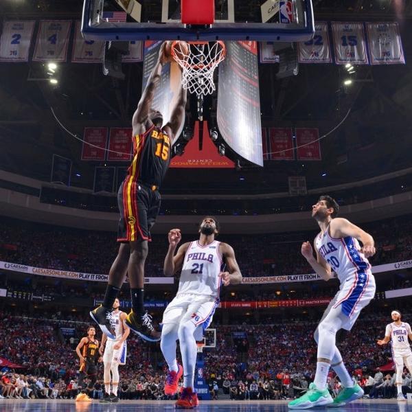 Clint Capela enterra durante partida entre Atlanta Hawks e Philadelphia 76ers, pela NBA