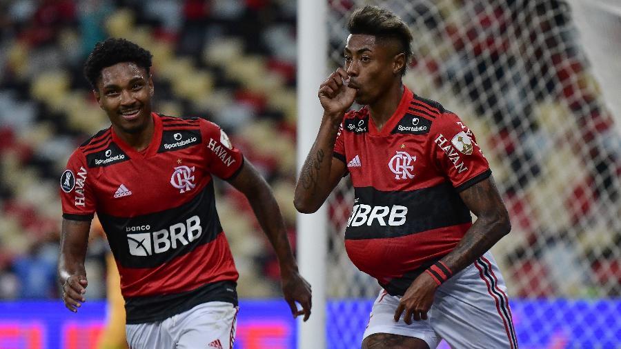Vitinho e Bruno Henrique comemoram o 2º gol do camisa 27, em partida entre Flamengo e Barcelona-EQU, pela Libertadores - Staff Images / CONMEBOL