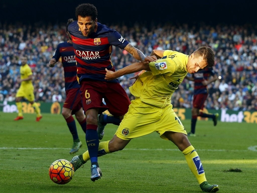 Daniel Alves perdeu grande chance de gol na partida do Barcelona contra o Villarreal
