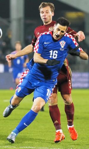 Roman Shishkin, da Rússia, disputa bola com Nikola Kalinic, da Croácia, em amistoso entre as seleções