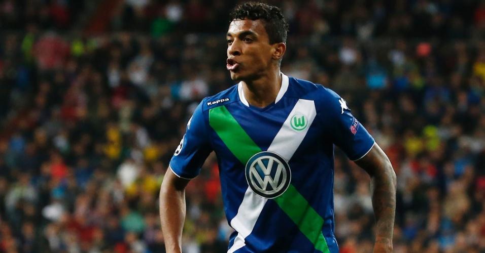 Luiz Gustavo reclama com o árbitro Viktor Kassai durante a partida entre Real Madrid e Wolfsburg pela Liga dos Campeões