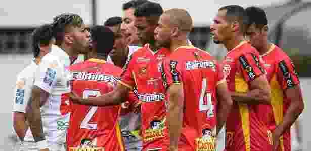 Atacante Gabriel discute com jogadores do Audax na primeira etapa - Ricardo Nogueira/Folhapress - Ricardo Nogueira/Folhapress