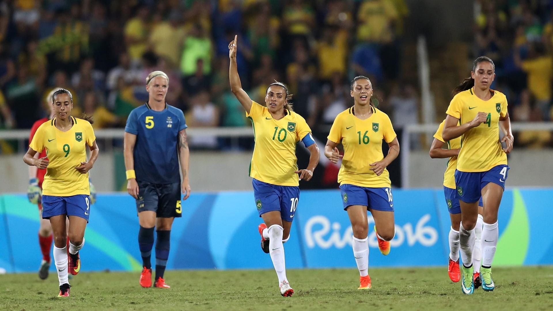 Marta, de pênalti, faz o terceiro gol da seleção feminina de futebol contra a Suécia