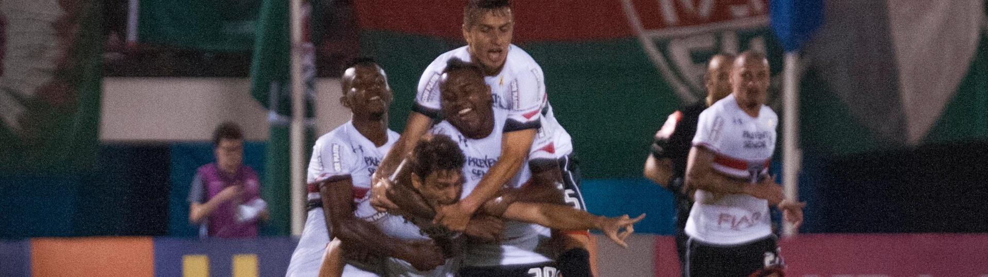 Rodrigo Caio comemora com parceiros um dos gols do São Paulo contra o Fluminense