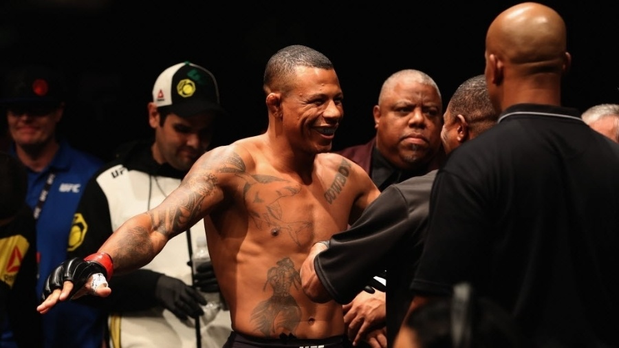 """Brasileiro Alex """"Cowboy"""" Oliveira em ação durante o UFC 207"""