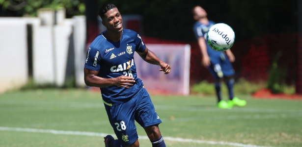 Colombiano Berrío fará seu primeiro jogo como titular pelo Flamengo