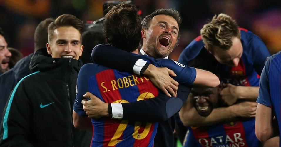 Sergi Roberto abraça técnico Luis Enrique após marcar o sexto gol do Barcelona contra o Paris Saint-Germain