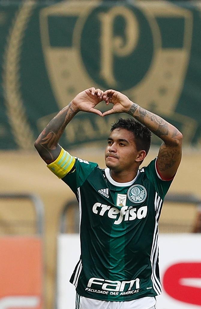 Dudu comemora ao fazer um golaço para o Palmeiras contra o São Paulo