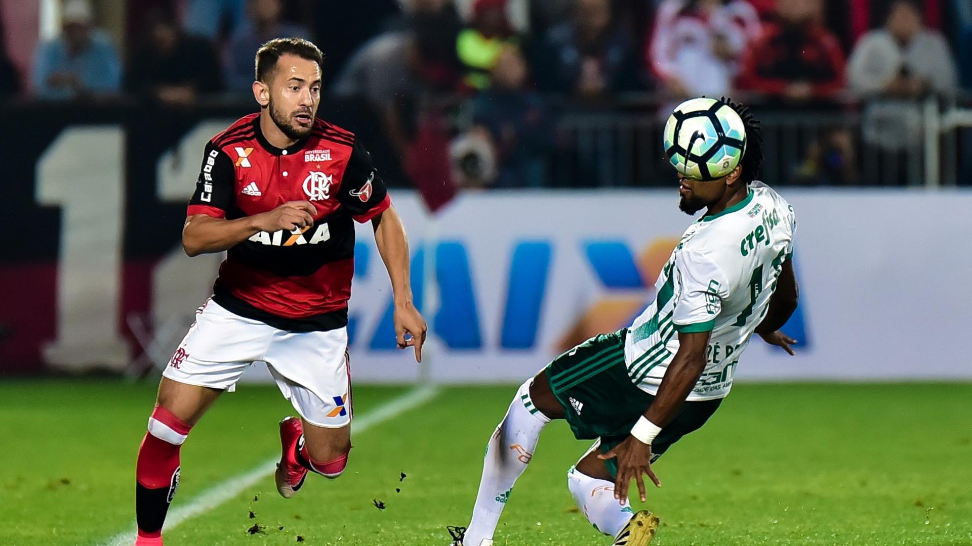 Everton Ribeiro passa pela marcação de Zé Roberto