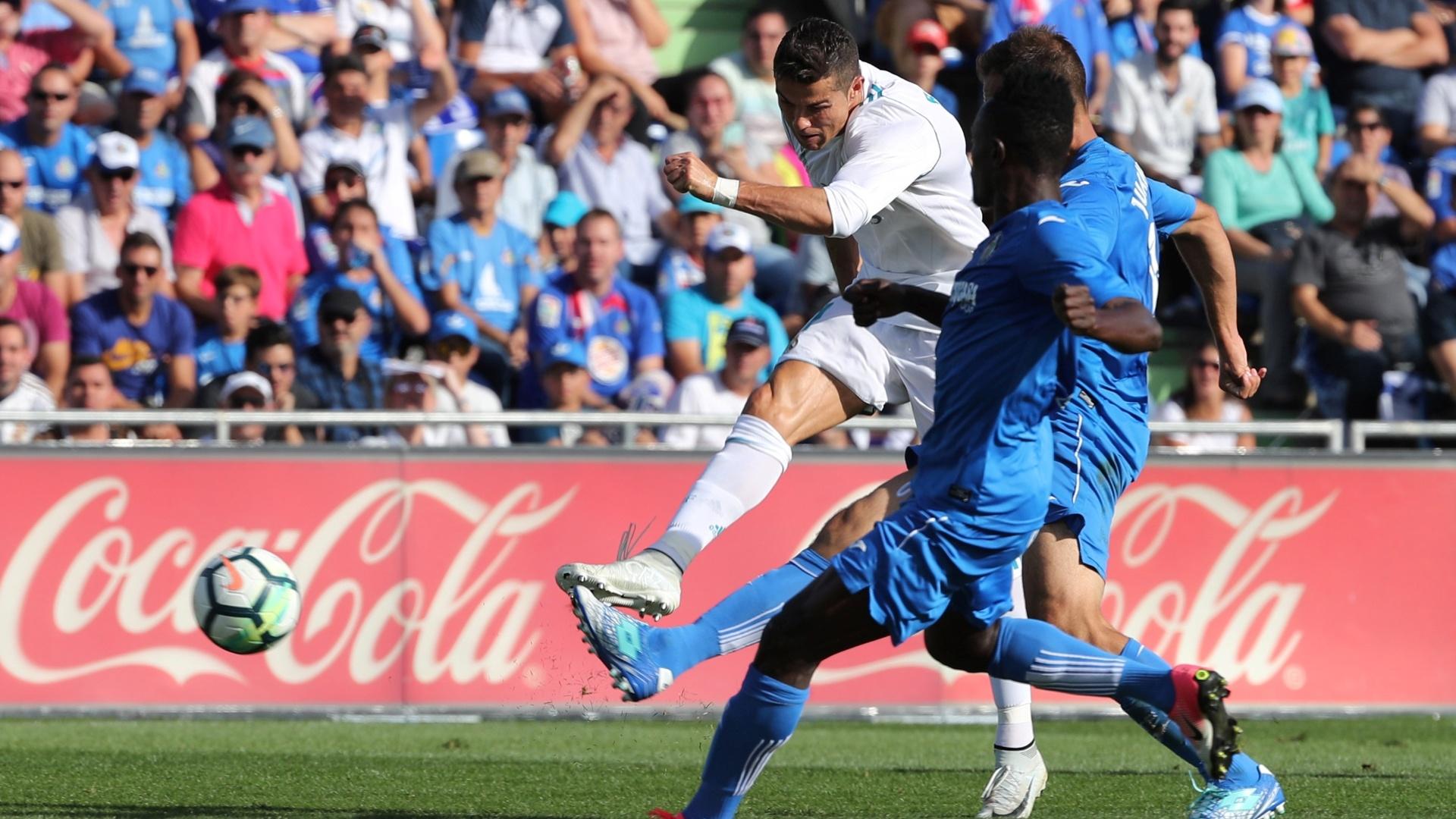 Cristiano Ronaldo chuta na tentativa de marcar contra o Getafe, no Espanhol