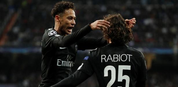 Neymar comemora gol com Rabiot. Jogadores têm bom relacionamento.