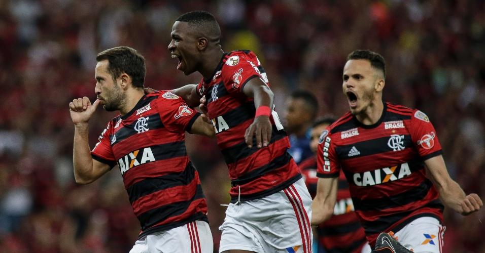 Jogadores do Flamengo comemoram gol contra o Emelec na Copa Libertadores
