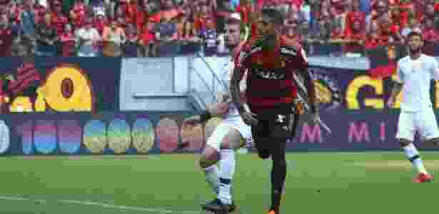 Rafael Marques encara a marcação de Henrique na partida Sport x Corinthians pelo Brasileirão 2018 - Williams Aguiar/Sport Recife - Williams Aguiar/Sport Recife