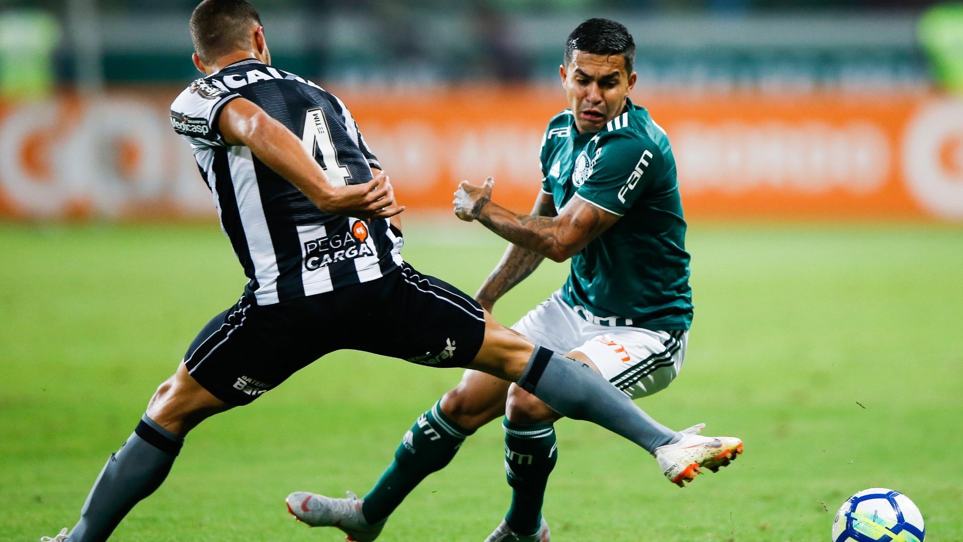 Dudu passa pela marcação de Marcinho na partida entre Palmeiras e Botafogo
