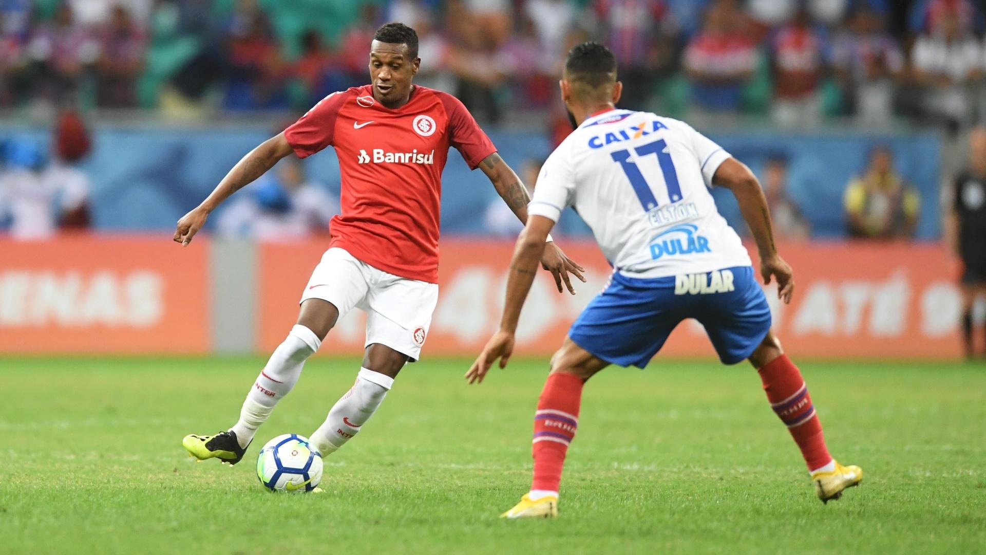 Edenílson encara a marcação de Elton durante Bahia x Internacional, pelo Brasileirão