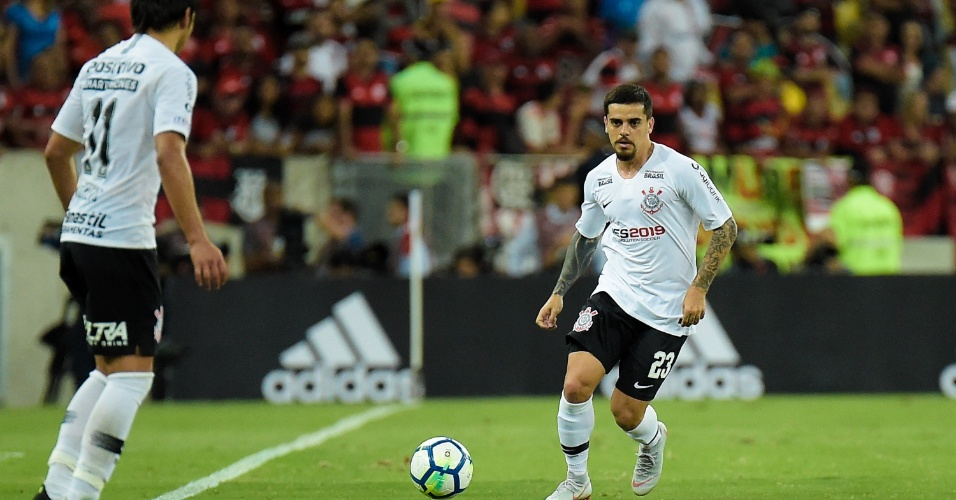 Fagner toca para Romero durante Flamengo x Corinthians