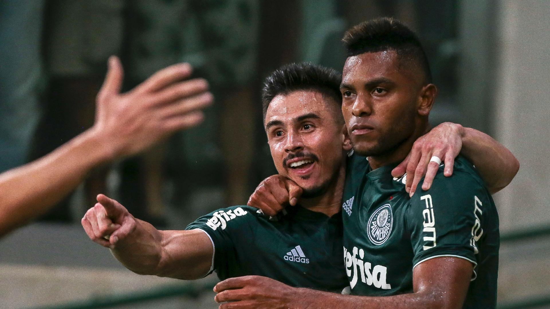 Borja abraça Willian após marcar pelo Palmeiras contra o Fluminense