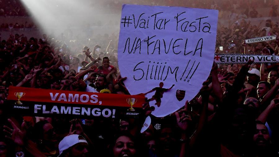 """Torcedor do Flamengo dá seu recado em cartaz de papelão na final do Carioca no Maracanã: """"Vai ter festa na favela, sim!"""" - Thiago Ribeiro/AGIF"""